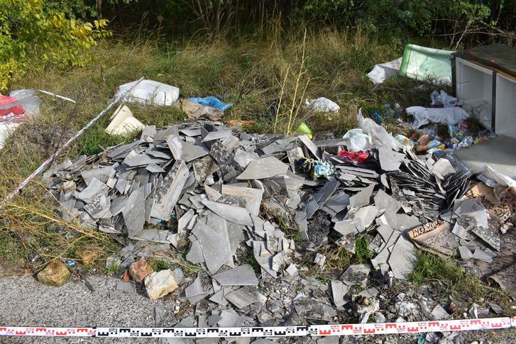 Tizenöt köbméternyi szemetet hagyott az út szélén Dunaújvárosban