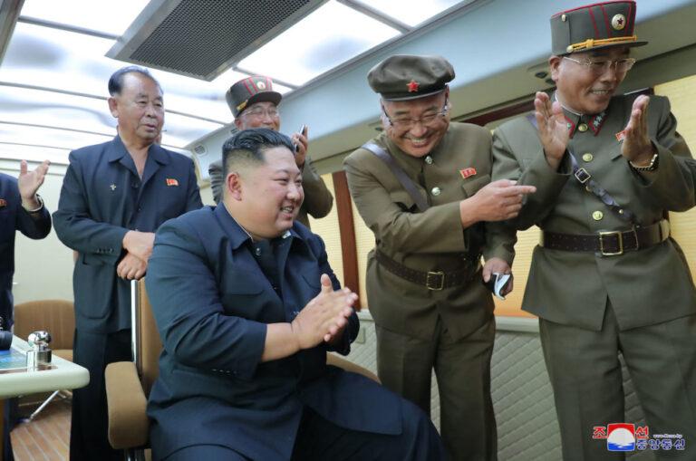 Háborút hirdetett Kim Dzsongun a galambok és a macskák ellen, mert szerinte ezek terjesztik a koronavírust