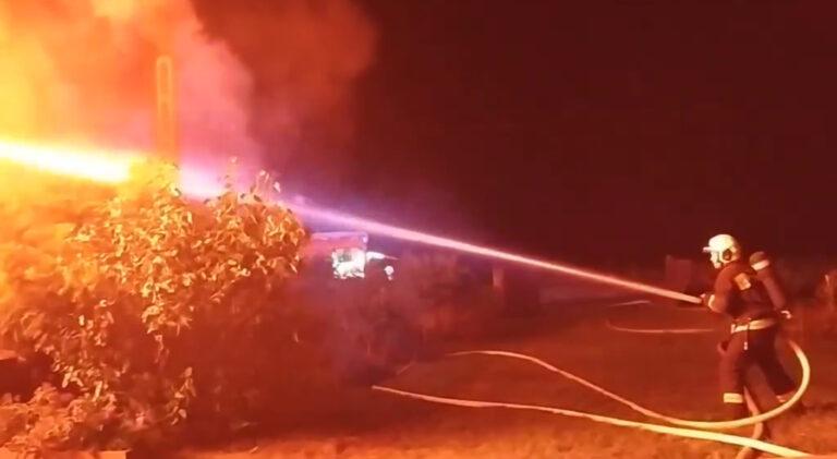 Harminc tyúkot is kimentettek a tűzoltók a lángoló épületből