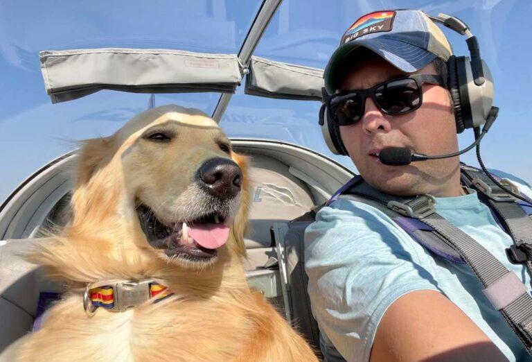Együtt repül kutya és gazdája, a kutyus levegőben követi a madarakat és élvezi